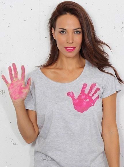 camiseta-solidaria-gris-con-la-mano-en-el-corazon-por-ainara_1184219